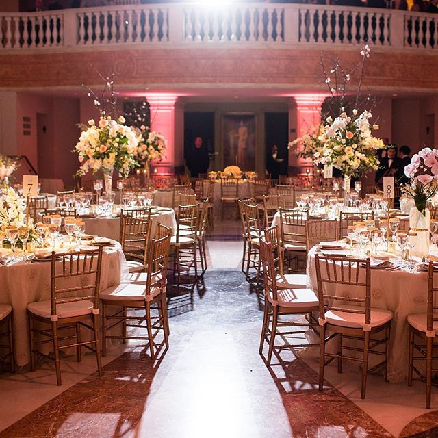 The National Museum of Women in the Arts is one of my absolute favorite spaces to work. It's beautiful in and of itself and has so much rich history. This next level design only added to it's beauty. 📸: the happy couple