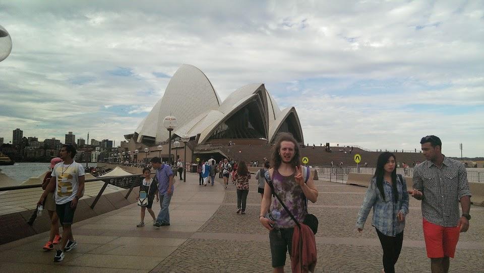 pose sydney opera house