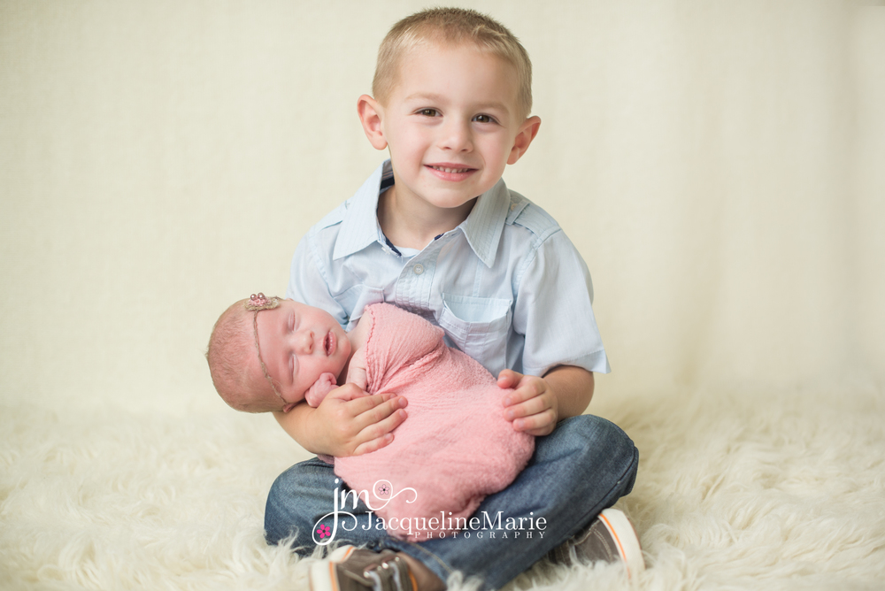 Newborn Photography | Sibling pose | Columbus, OH Photographer | Jacqueline Marie Photography