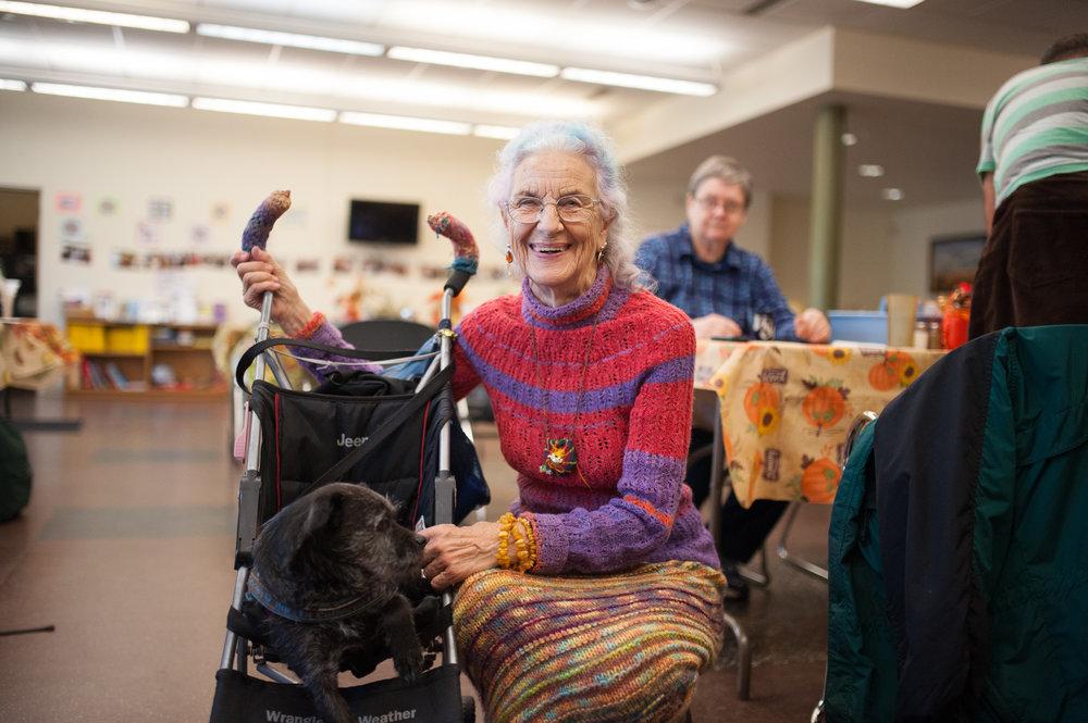 Rainbow Cornelia, 80 ans au Champlain Senior Center à Burlington au Vermont, lors des élections présidentielles le 8 novembre 2016. CATHERINE LEGAULT
