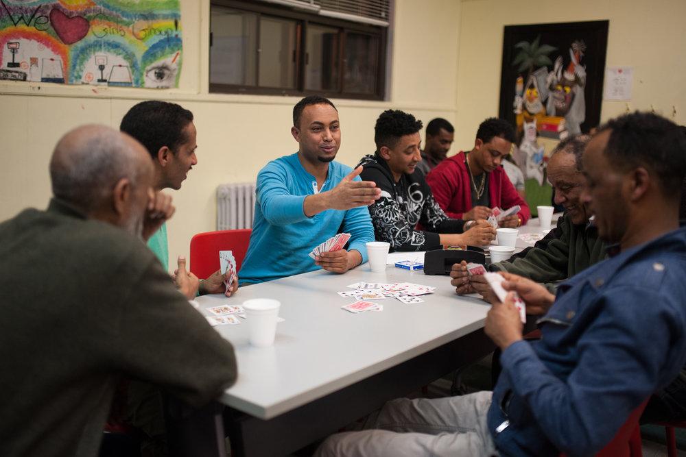 Les hommes préfèrent jouer aux cartes pendant que les plus jeunes assistent à un cours de langue.
