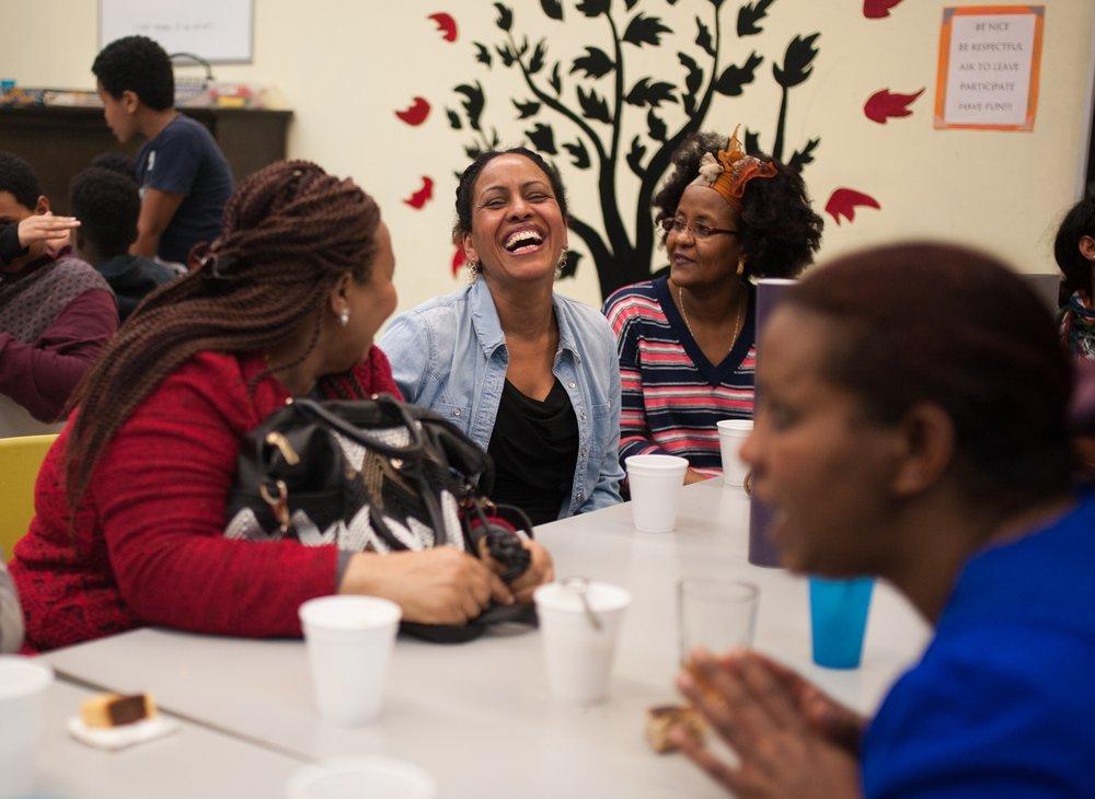 Des femmes discutent lors d'une soirée organisée par la   Communauté érythréenne de Montréal.