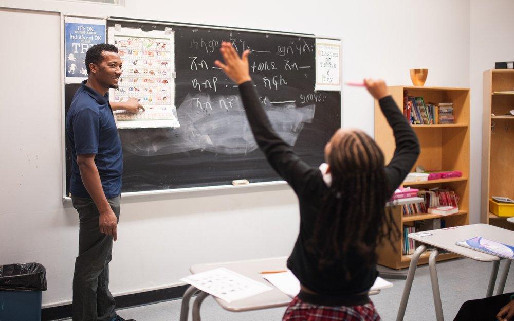 Awet Haille enseigne le trigrigna, la langue majoritaire en Érythrée parlée par 53 % de la population, en faisant participer les jeunes qui assistent au cours au centre communautaire Tyndale St Georges, situé dans le Sud-Ouest de Montréal.