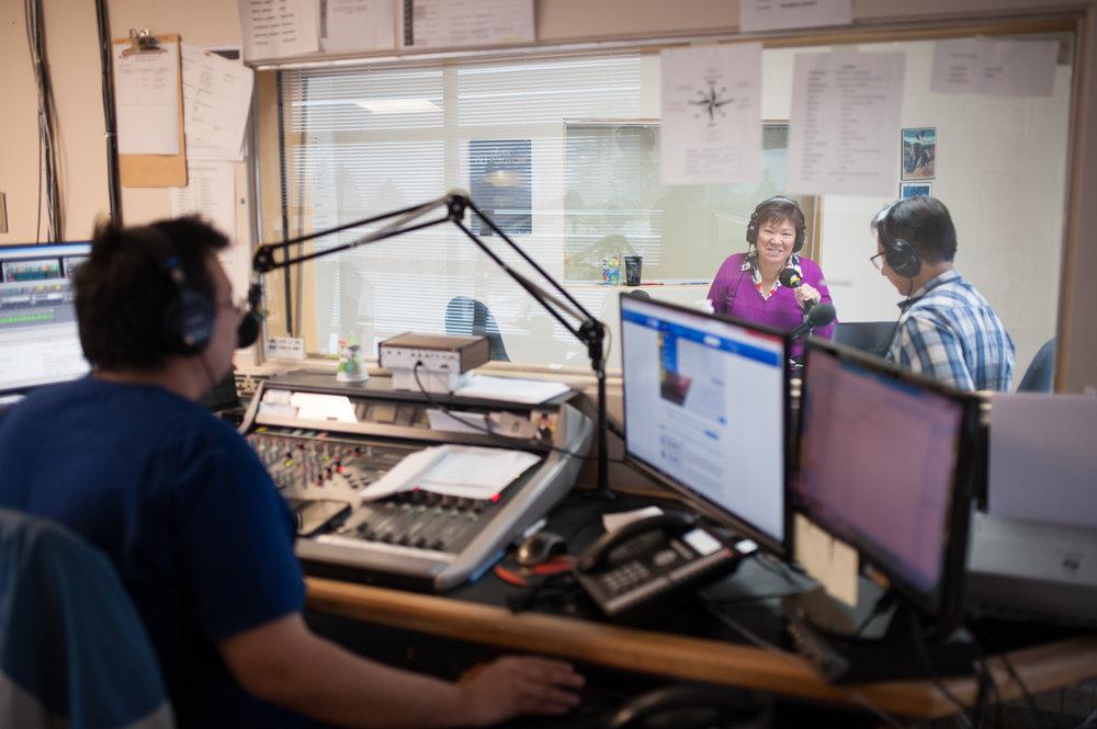 Dans le studio de CIHW 100,3 FM, à Wendake, Murielle Rock et Réginald Thomas produisent leur émission de radio matinale en innu sous l'oeil du régisseur Augustin Desterres. CATHERINE LEGAULT