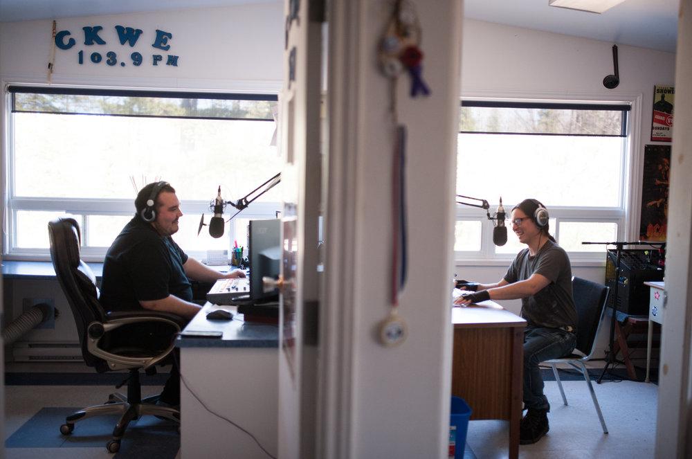 Cory et Keith Whiteduck échangent des hypothèses sur les séries éliminatoires de la Coupe Stanley pendant l'émission du midi sur les ondes de CKWE 103,9 FM, à Kitigan Zibi près de Maniwaki.CATHERINE LEGAULT