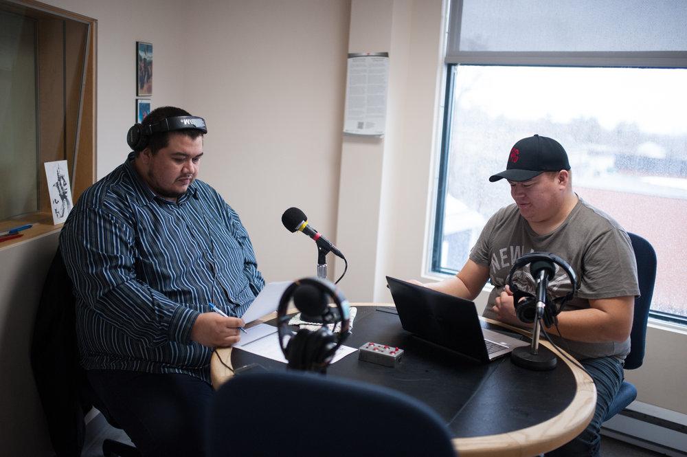 Réjean Nequado et Karl-Ivann Dubé pendant leur émission de radio matinale en atikamekw, dans le studio de radio de la SOCAM à Wendake.CATHERINE LEGAULT