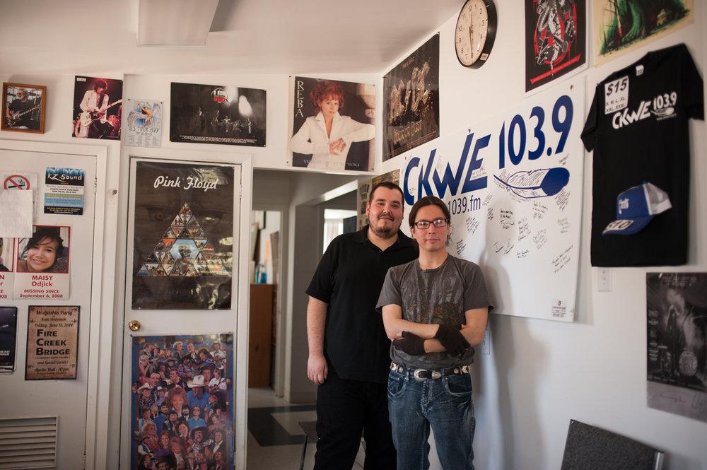 Cory et Keith Whiteduck dans les bureaux de la radio CKWE à Kitigan Zibi.CATHERINE LEGAULT