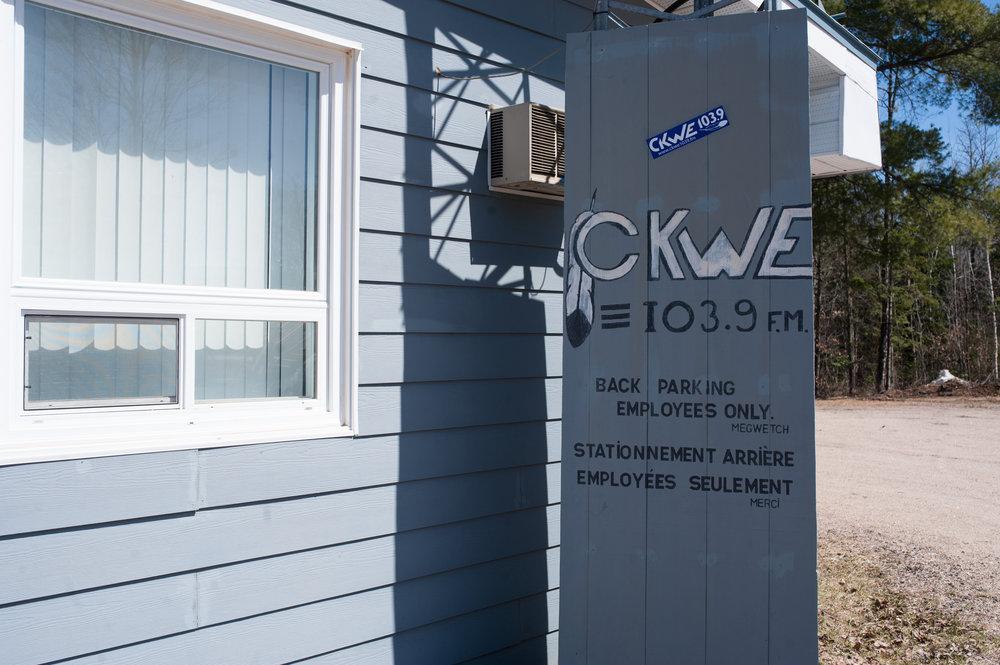 Le nom de la station de radio de Kitigan Zibi comprend le mot «  bonjour  » en algonquin : « kwey ».CATHERINE LEGAULT