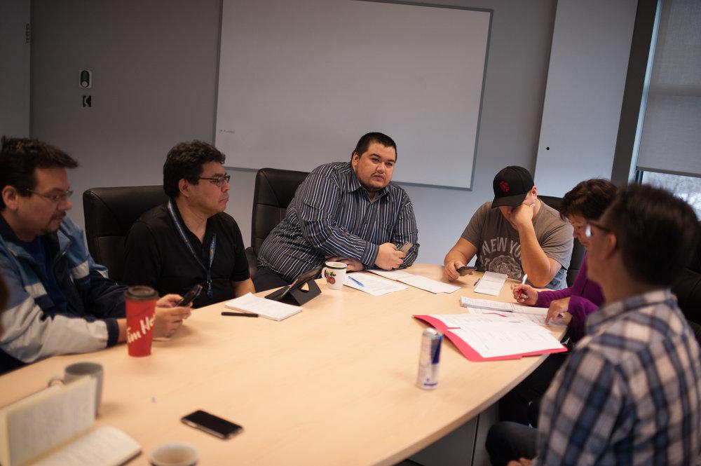 Tous les matins, vers 8h, l'équipe de production se réunit afin de discuter des sujets abordés dans les émissions.CATHERINE LEGAULT