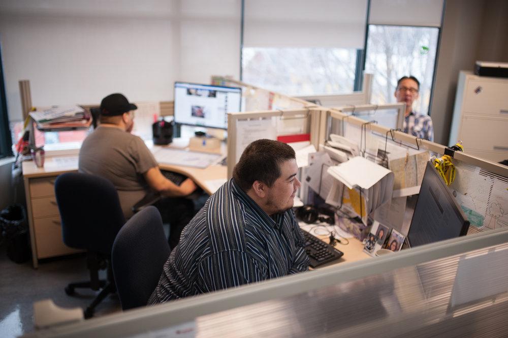 Les journalistes de la SOCAM préparent respectivement deux émissions en innu et en atikamekw par jour afin de rejoindre les différentes communautés du Québec. CATHERINE LEGAULT
