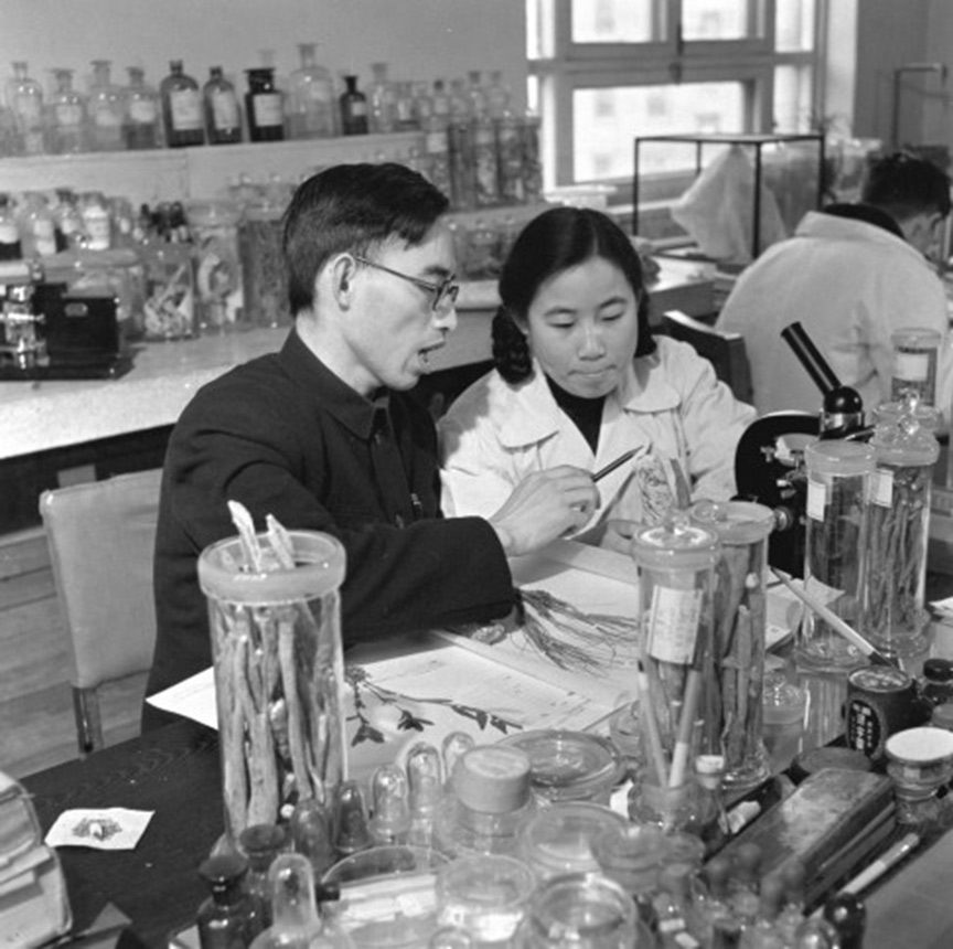 Tu Youyou and her then-tutor Lou Zhicen (1951). Image via Wikimedia Commons