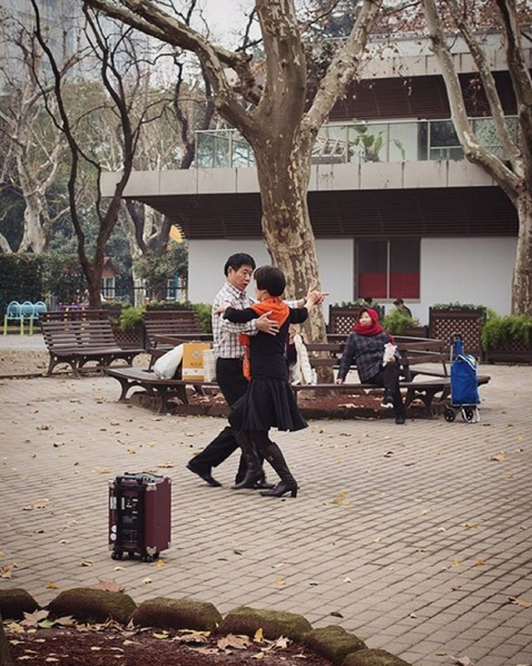 Ballroom dancing in the park. Image via  @jungletimer