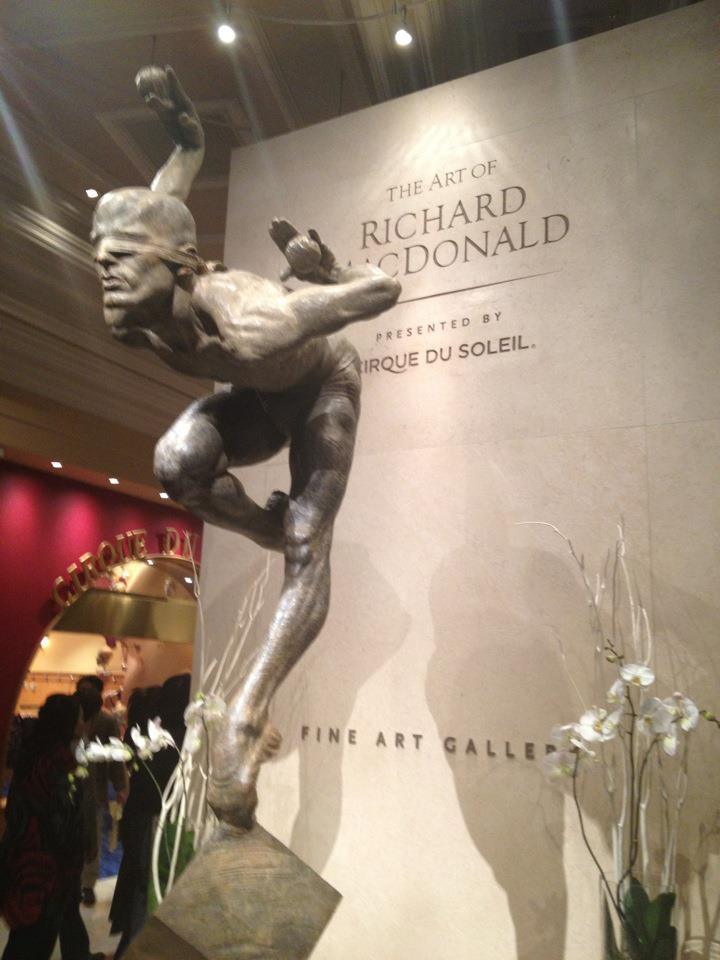 Cirque-esque art statue