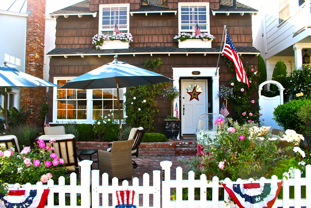 quaint Manhattan Beach house decked in 4th of July gear