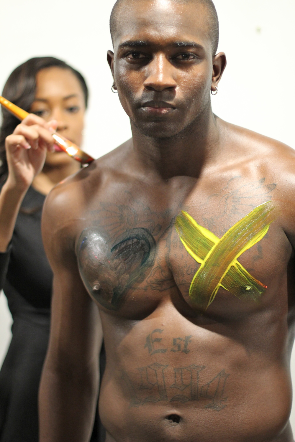 male model live body paint les femmes