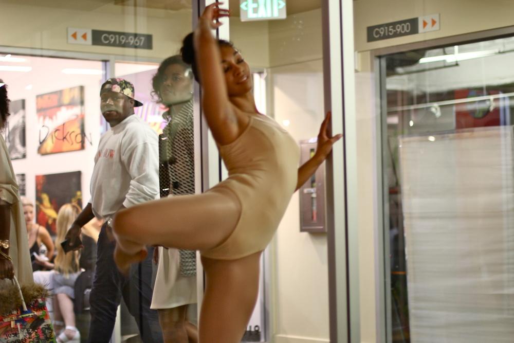 dancer live les femmes lance gross art show
