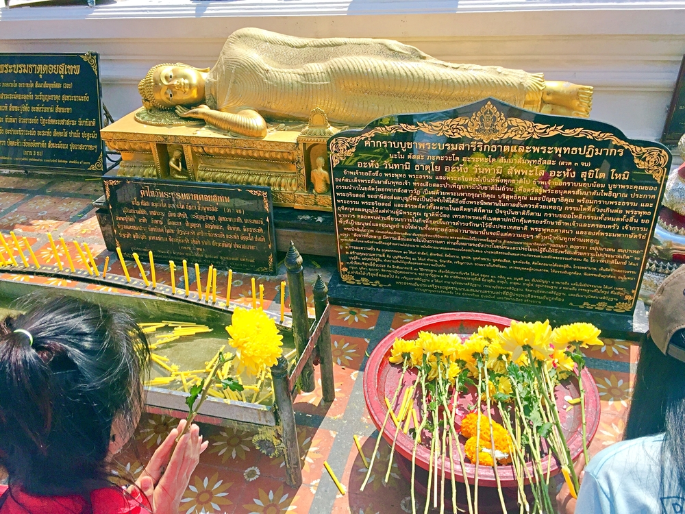 chiang-mai-laying-buddha-doi-suthep-praying