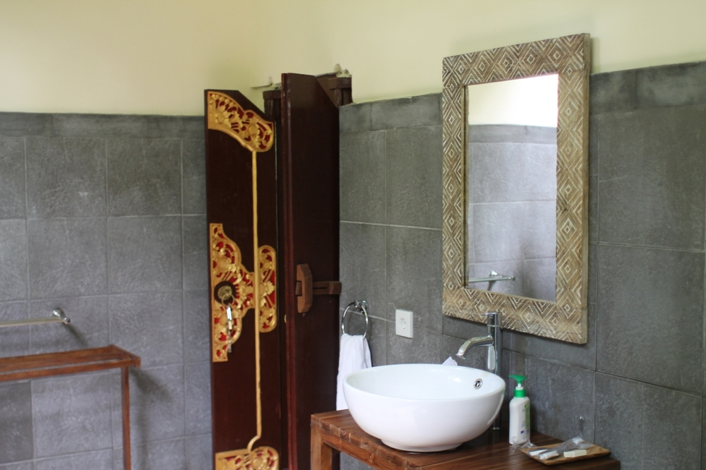 Traditional indoor/outdoor bathroom // Agus Homestay