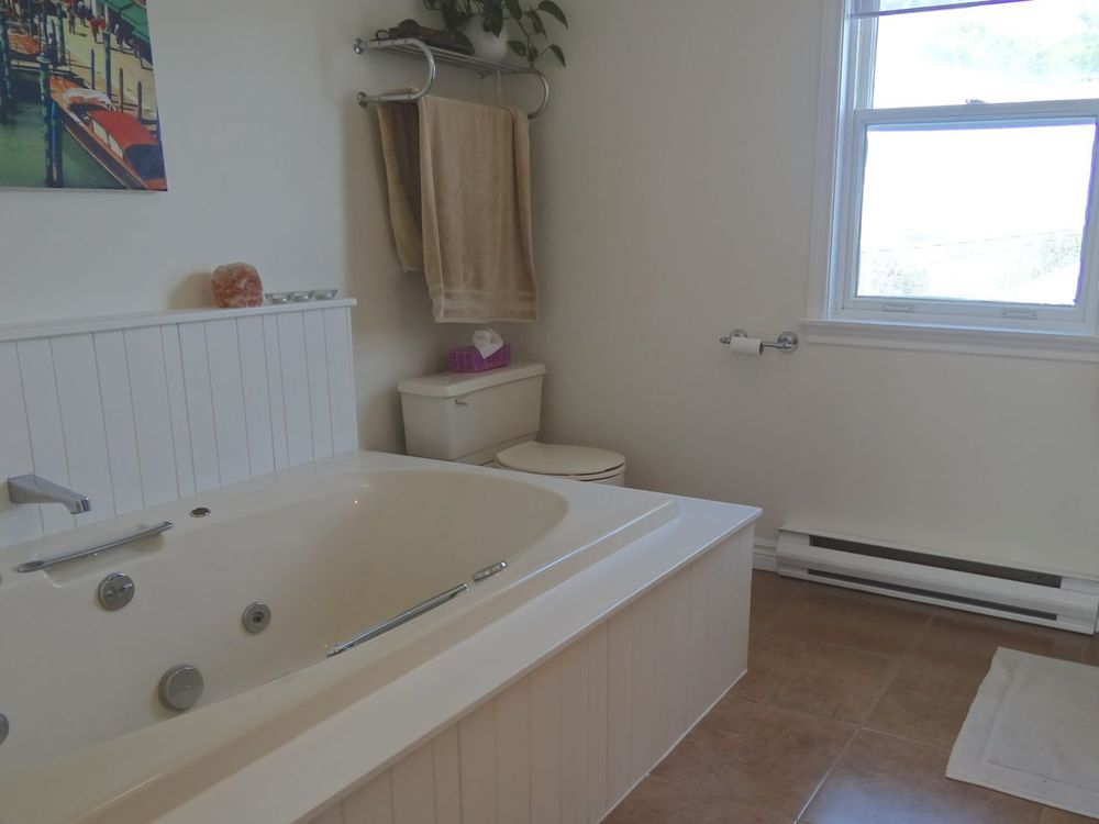 Ensuite with Jet Tub & Shower