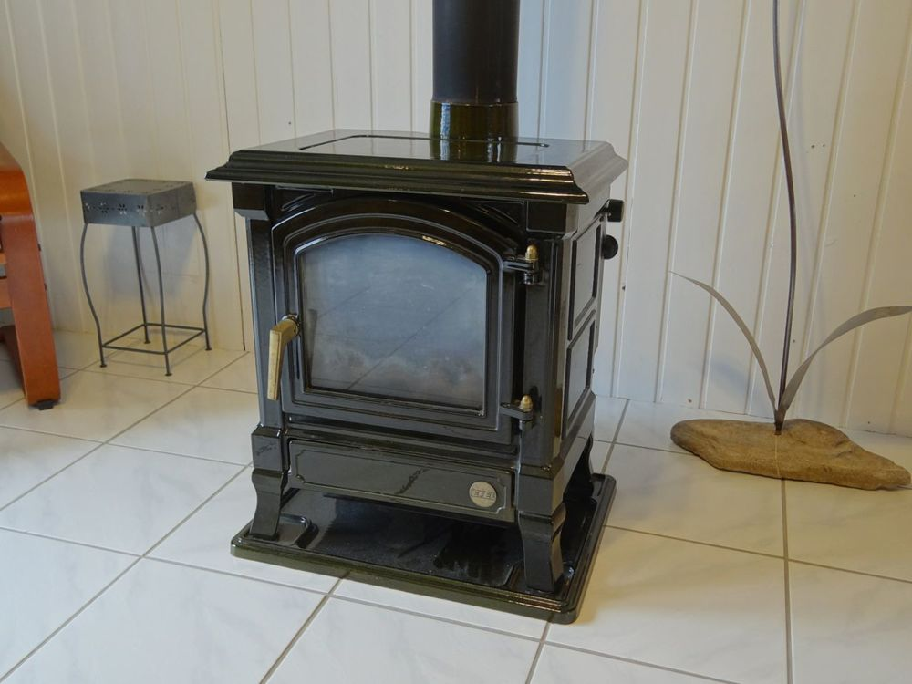 Gravity-fed oil stove