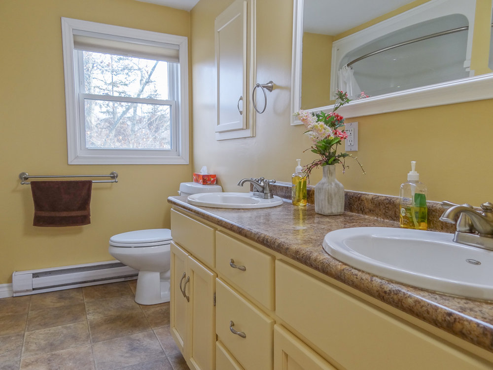 Spacious 5pc bathroom