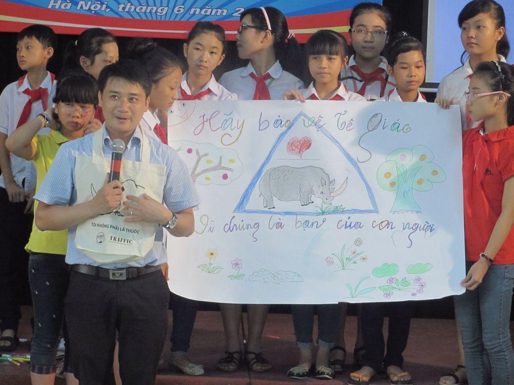 Ảnh: Thày trò trường Đội Lê Duẩn - Hà Nội tuyên truyền về việc bảo vệ tê giác.
