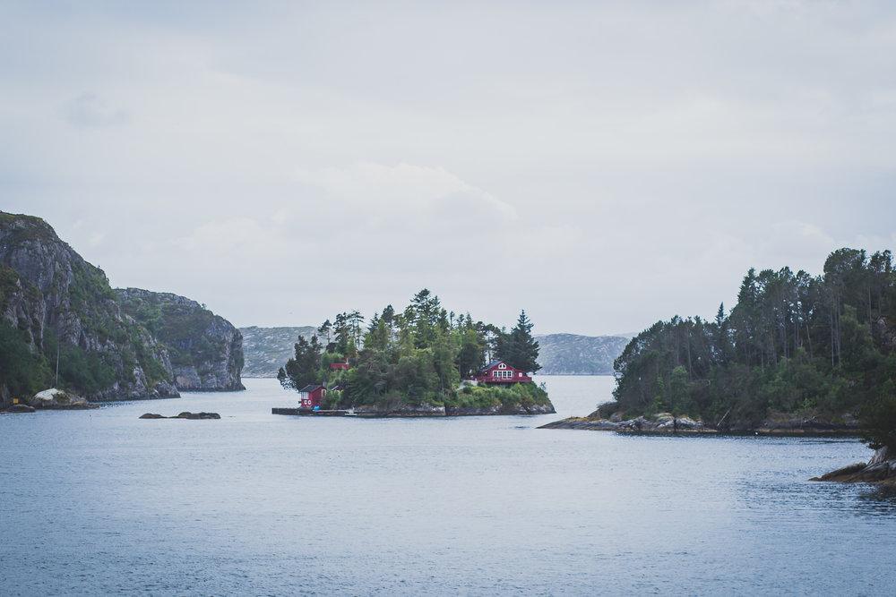 An idillic island - Canon 5D MKII | 85mm f/1.8 USM | ISO 100 | 1/200 sec | f/4.5