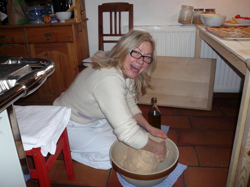 Die Bäckerin bäckt