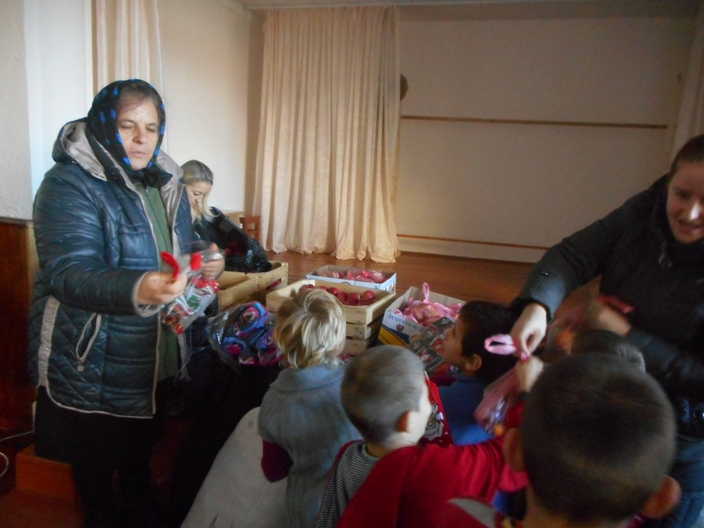 Copiii primesc cadouri.JPG