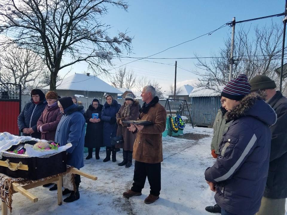 Fr.Mihai Gortopan predica la inmormantarea din Fagadau.jpg
