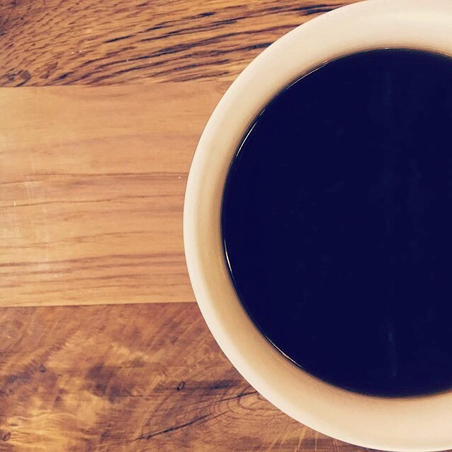 Black coffee Fridays. Have you tried the Rwanda Nyamyumba from @commonwealthcoffee yet? #craftcoffee #guestroaster #denverco #africancoffees #butfirstcoffee  Photo by: @caffeinatedtravel