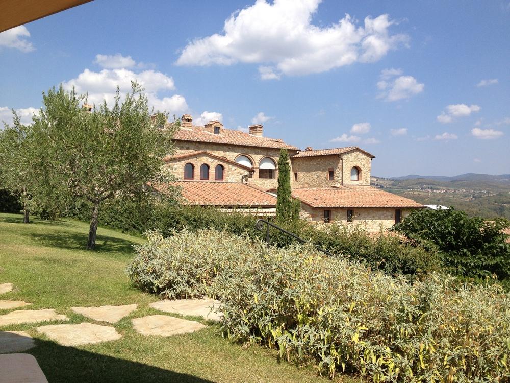 Tuscany_villa_in_hills