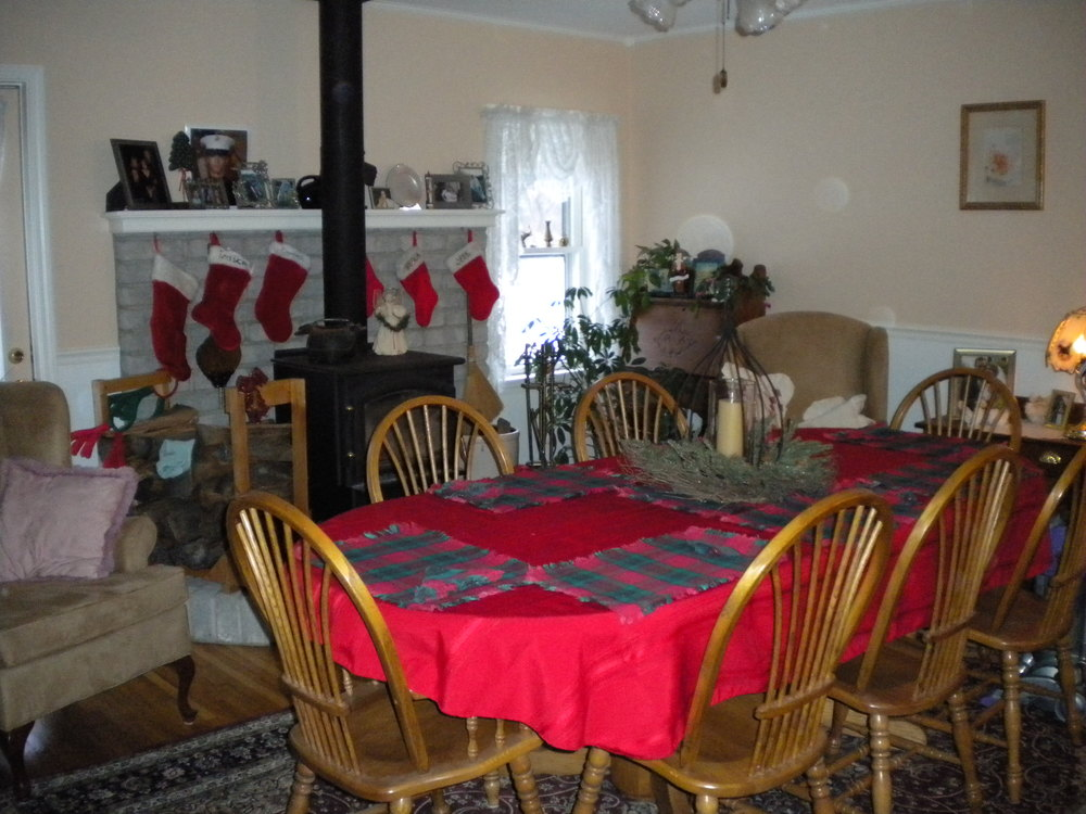The table being dressed for Christmas breakfast, 4 years ago... :)