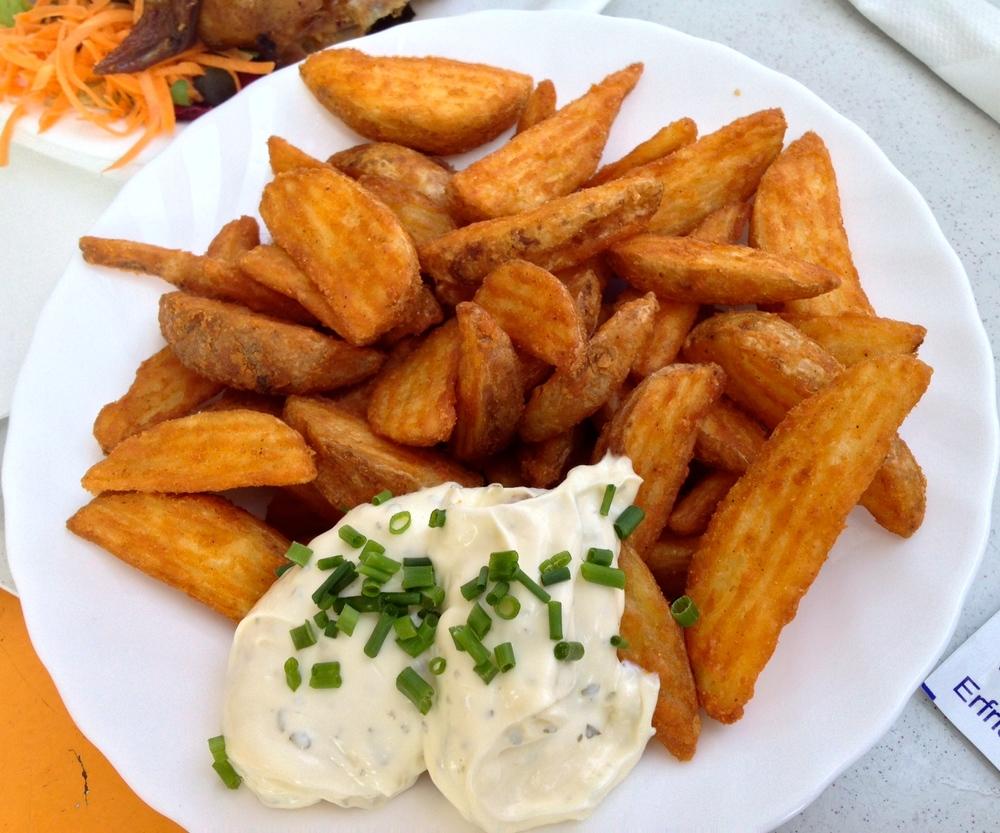 Wildekartoffeln mit knoblauch-krauter dip