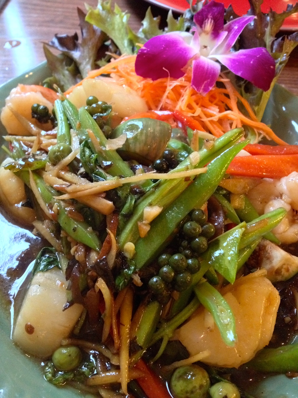 Close-up of mySeafood Pad Dschaa with shrimp and scallops