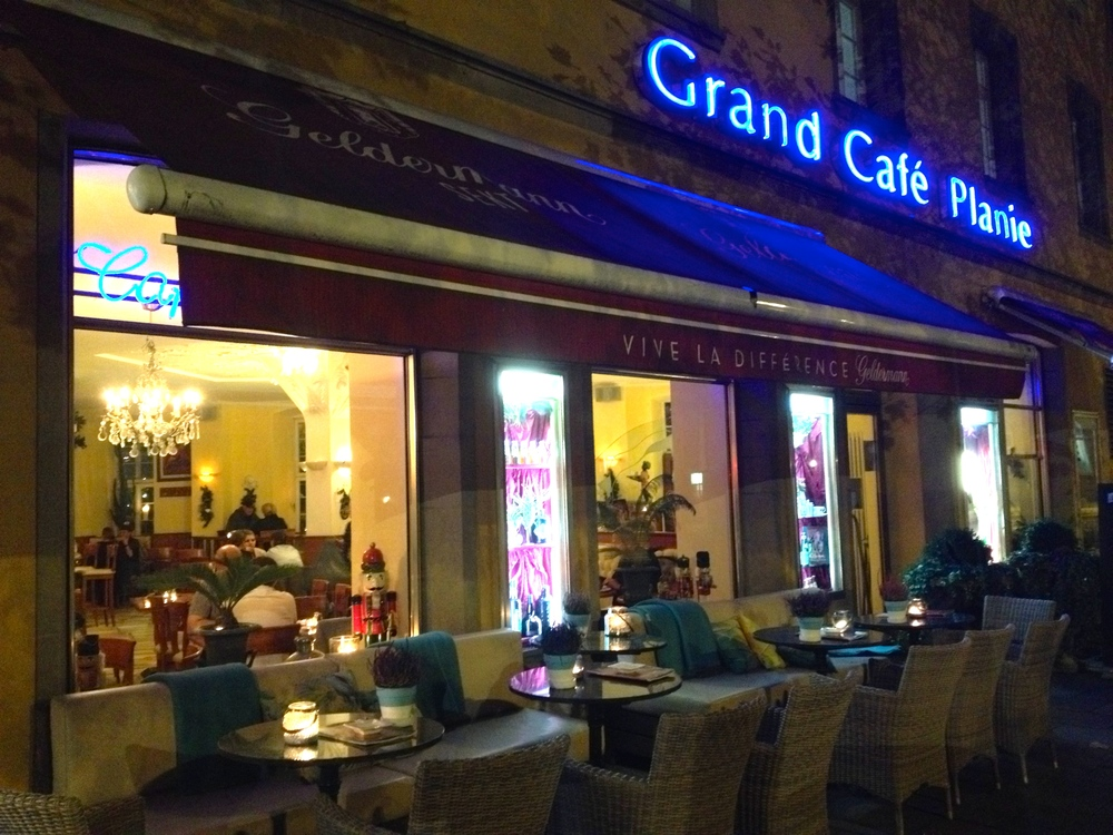 The side of Grand Café Planie at night