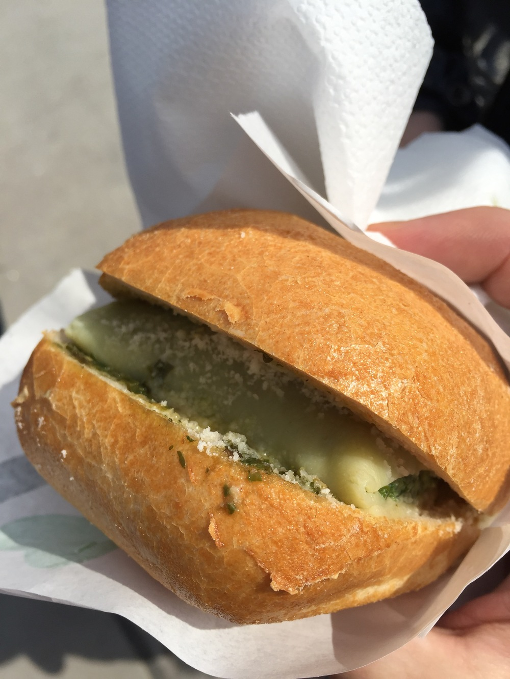 The vegetarian Maultasche with pesto and parmesan on a ciabatta roll