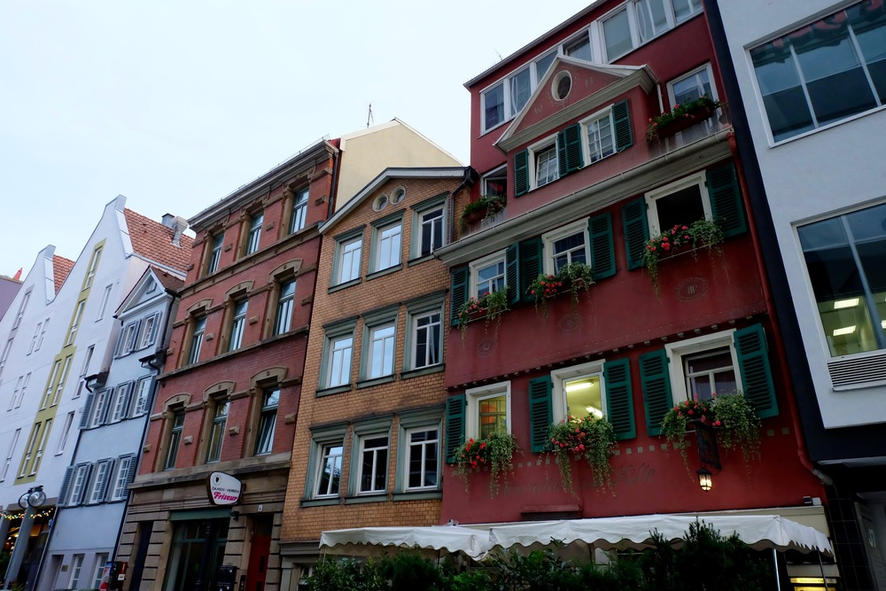 Weinstube zur Kiste , the red house in the row on  Kanalstraße