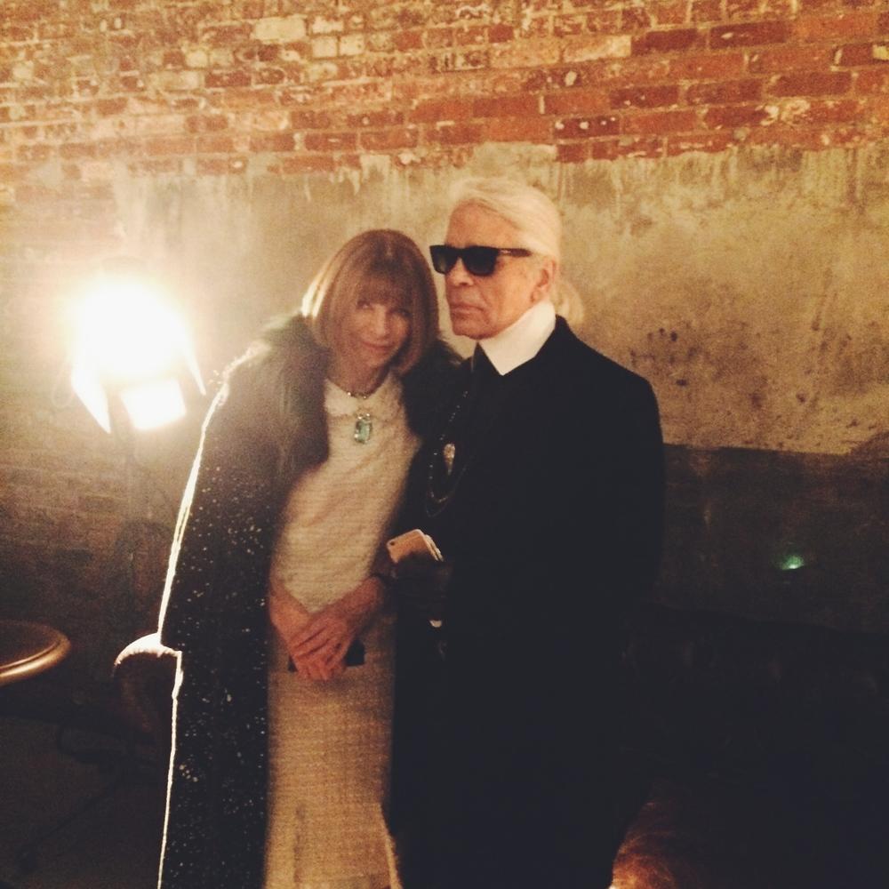 お約束のアナ様とカール様のツーショット。Chanel  N°5 パーティにて。