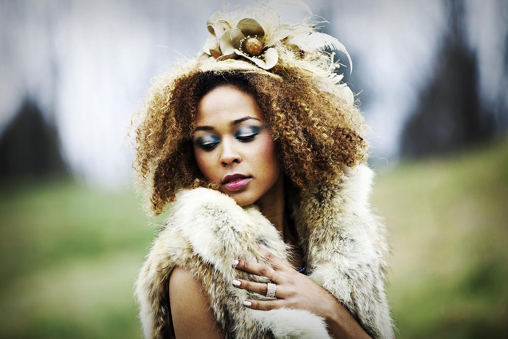21-elizabeth-victoria-millinery_styling-gold-fascinator.jpg