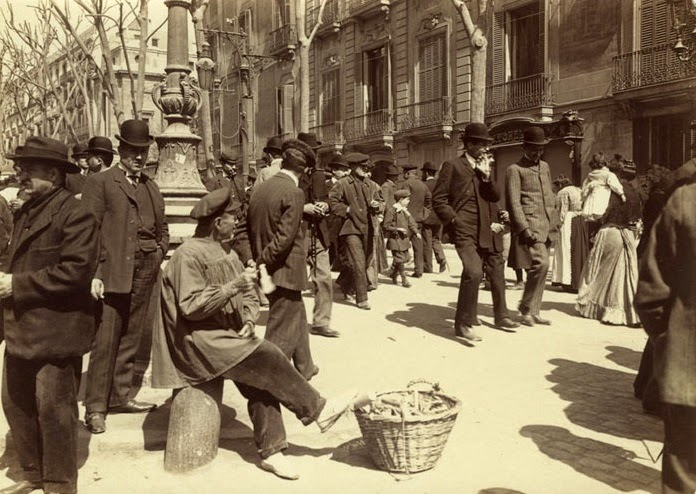 09-Vendedores ambulantes frente al Palau Moja c1907.jpg