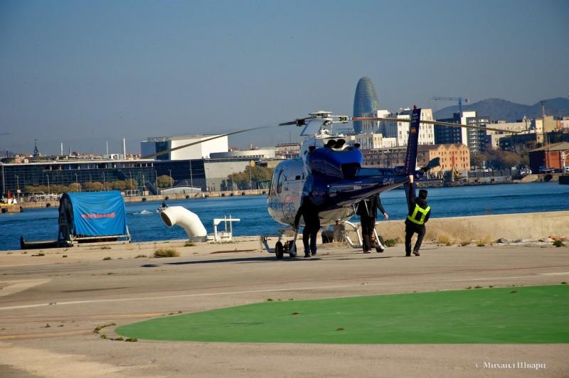 Выкатывают вертолет