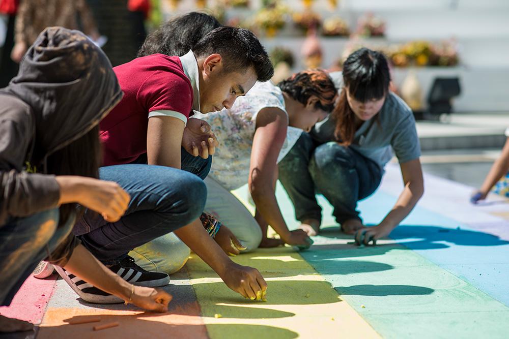 ในภาพ อาสาสมัครไปถึงโรงเรียนตั้งแต่พระอาทิตย์ขึ้นประมาณ 6 โมงเช้า รวมทั้งนักเรียน, ครู, ออแกไนเซอร์, และชุมชน LGBT เอง   ©UNAIDS/UNESCO/A.Martin