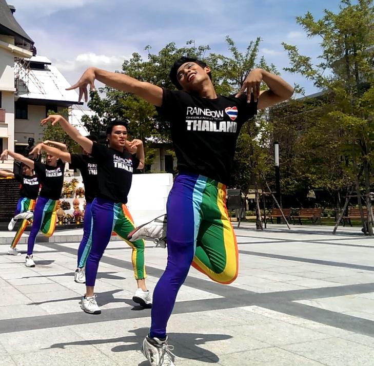 ทีมเรนโบว์ออลบอยเชียร์ลีดเดอร์ทำให้บรรยากาศมีสีสันและสนุกขึ้น ดูการแสดงได้จากลิงค์  http://www.youtube.com/watch?v=7qMMboNpbYY   ©UNAIDS/UNESCO/A.Martin