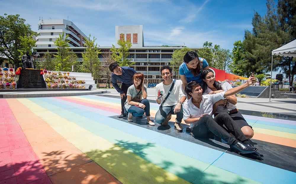 น้อยคนนักที่เห็นรุ้งแล้วจะอดใจไม่ถ่าย selfie สักรูปสองรูป   แต่ละรูปกับ hashtag ล้วนช่วยเราโปรโมทการรณรงค์ยุติการรังแก LGBT ทั่วไทย และทั่วโลก   ©UNAIDS/UNESCO/A.Martin