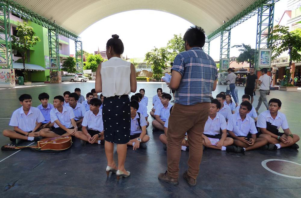 ทีมงานโรงเรียนสีรุ้ง ทำงานร่วมกับแต่ละโรงเรียนให้มีการจัดกลุ่มพูดคุย หลังจากวาดรุ้ง ในประเด็นการรังแกและสิทธิของนักเรียน LGBT เพื่อบรรยากาศการศึกษาที่ปลอดภัย   ©UNAIDS/UNESCO/H.Nhan