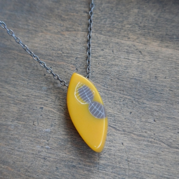 necklace-little-leaf-yellow-grey-closeup_355.jpg