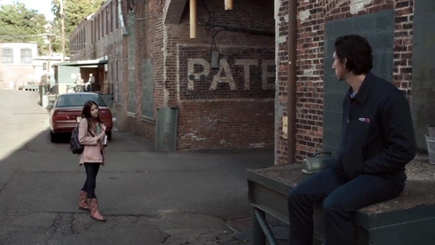"""Awesome, a bus driver that likes Emily Dickinson."" Fotograma de  Paterson  (Jim Jarmusch, 2016) con una bonita composición en forma de megáfono."
