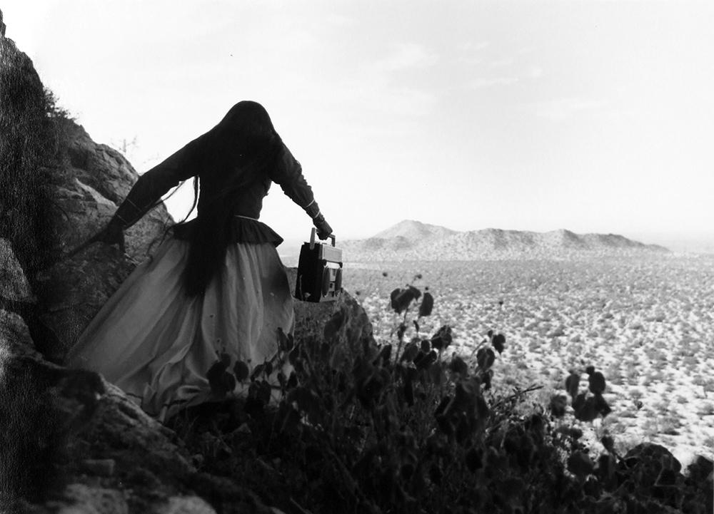 Mujer ángel, por Graciela Iturbide (desierto de Sonora, México, 1979)