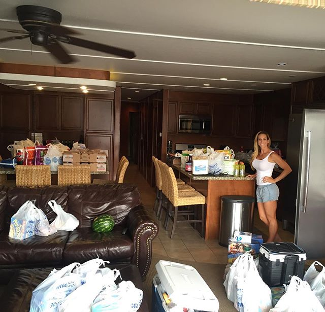 Gettin' ready! Houseboat goals. #LakePowell 🍔🌭🍗🍤🍖🍳🌶🌽🍠🍞🍅🍑🍉🌮🌯🍝🍕🍨🍦🍹🍷🍽🍴⛴👩🏼